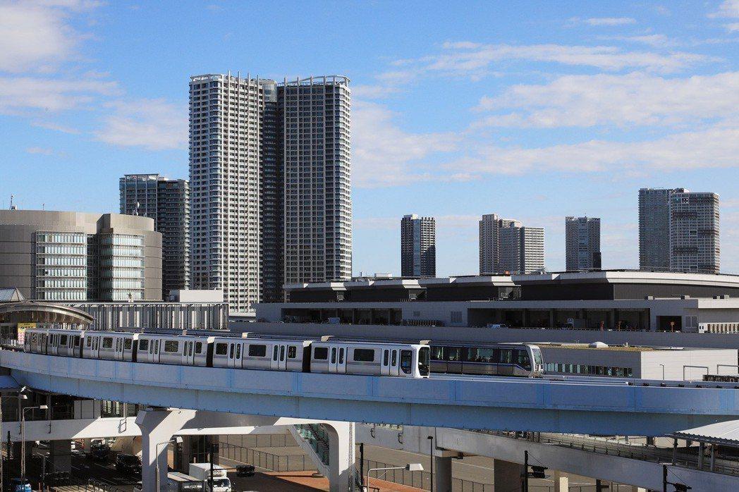 前往豐洲市場,目前只能利用新交通「百合鷗號」與公車,運能比起築地顯得不足。 攝影...