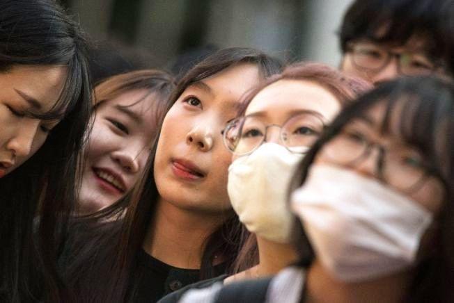 南韓青年看不到未來,過著「七放人生」。圖/Getty Images