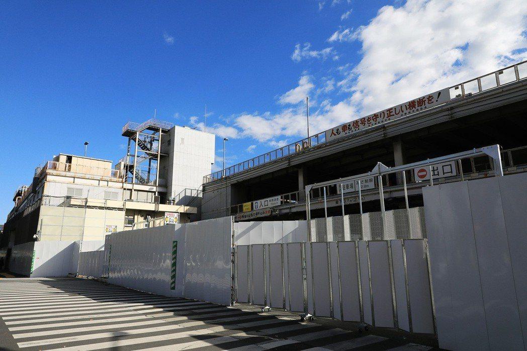 築地場內市場已被圍籬封起,正在進行拆除工程。(攝於2018年12月24日) 攝影...