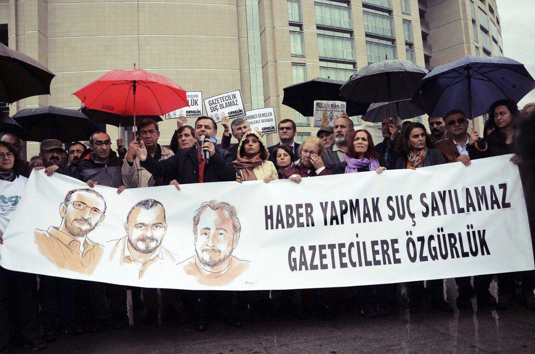 土耳其為哈紹吉「主持正義」的同時,他們也是全歐關押、迫害最多記者的國家。圖為土耳...