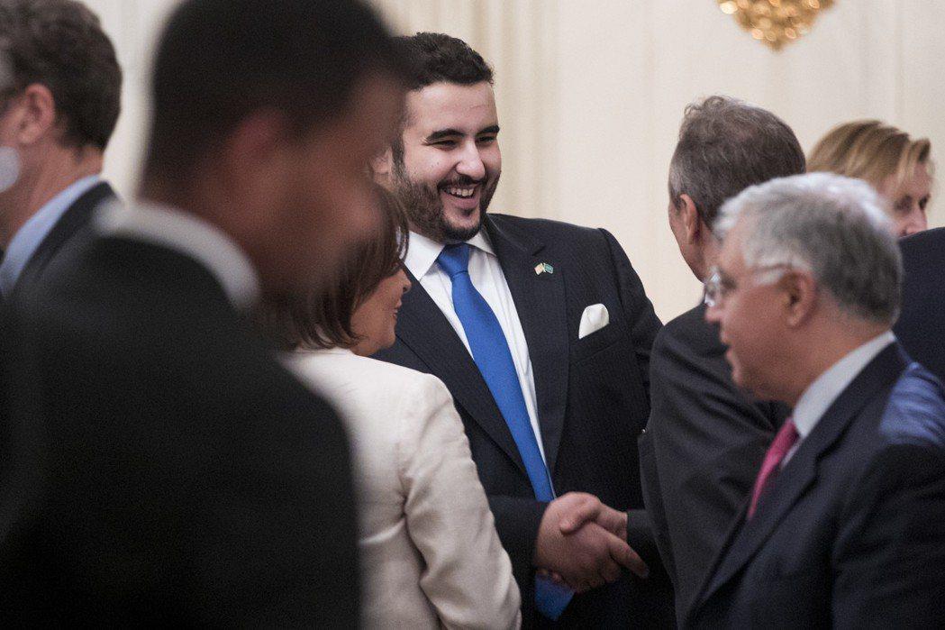 薩爾曼也緊急召回駐美大使——王儲穆罕默德的親弟弟(同母),哈立德王子(中)——返...