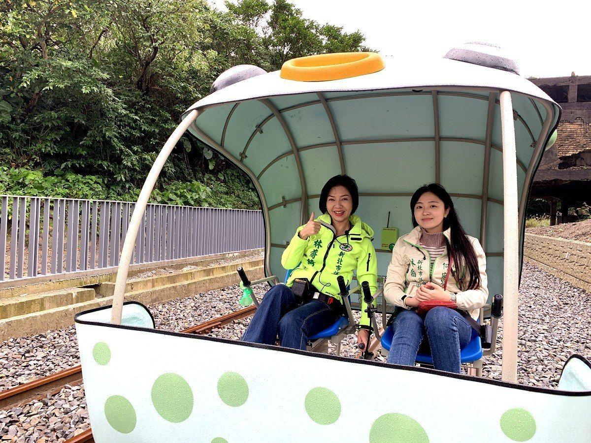 瑞芳地區從八斗子到深澳的鐵道自行車開放體驗,市議員林裔綺(左)及公所等人認為景色...