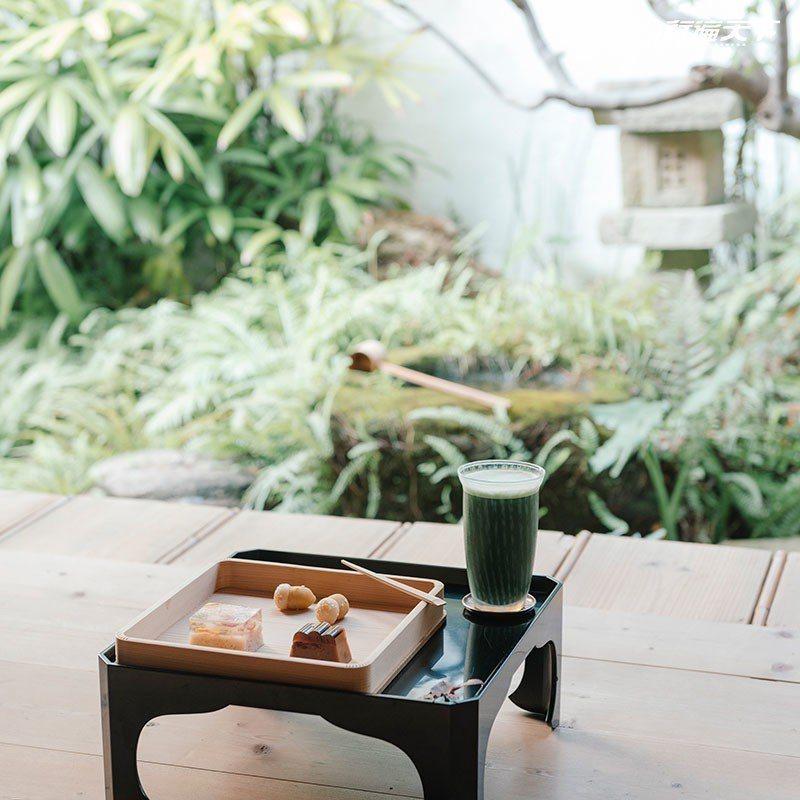 在楓葉紅了的日式庭園享用季節限定的和菓子。  攝影|行遍天下