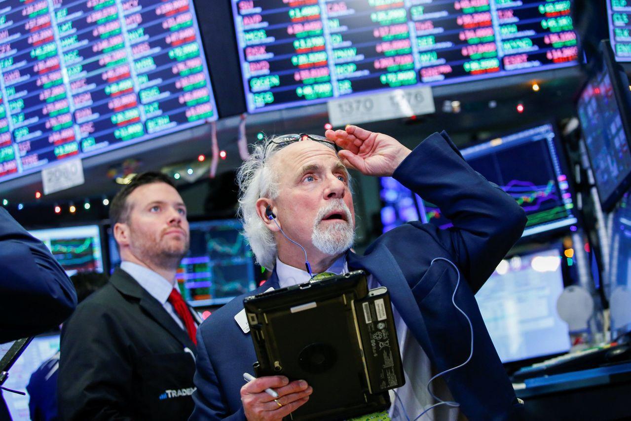 美國股市周四戲劇化跌深後衝高。路透