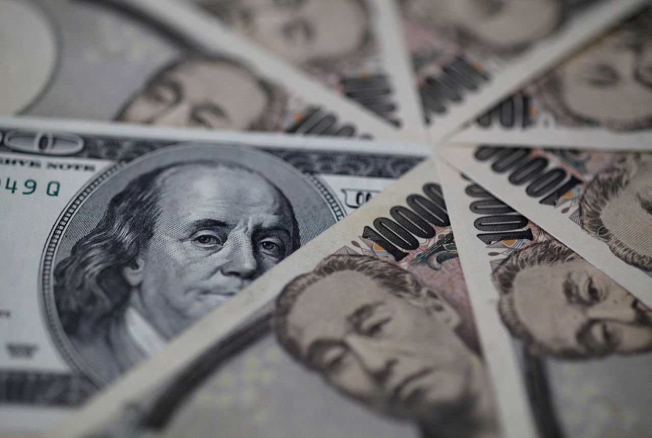 美元兌日圓下跌0.3%,至111.03。路透