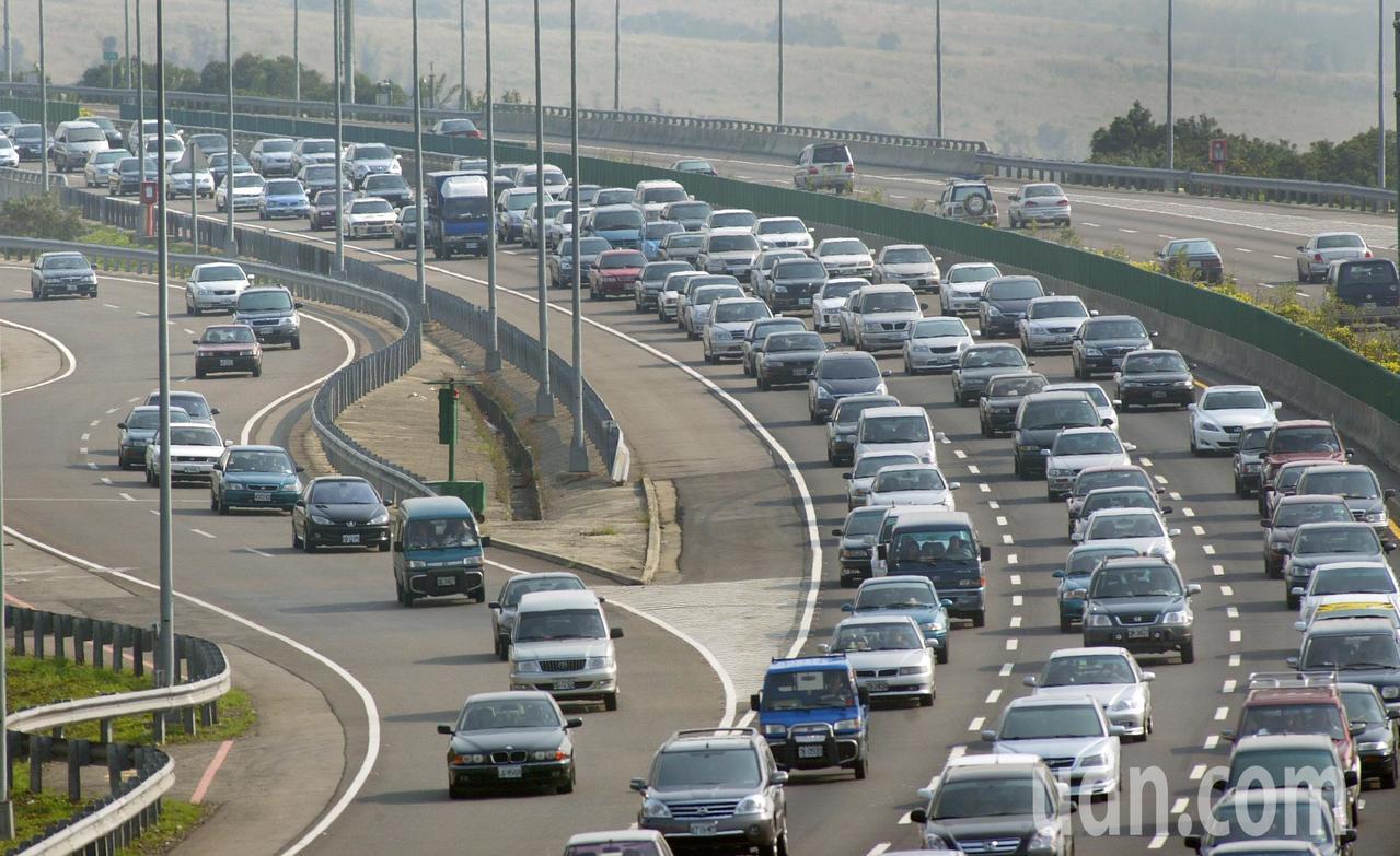 高公局建議元旦連假善用台61,避開國道中部壅塞路段。聯合報系資料照