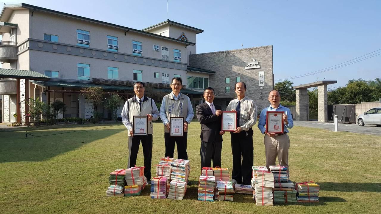 蔣揚鹿野苑關懷之家圖書館把千餘冊書籍捐贈給山區圖書館。記者綦守鈺/攝影