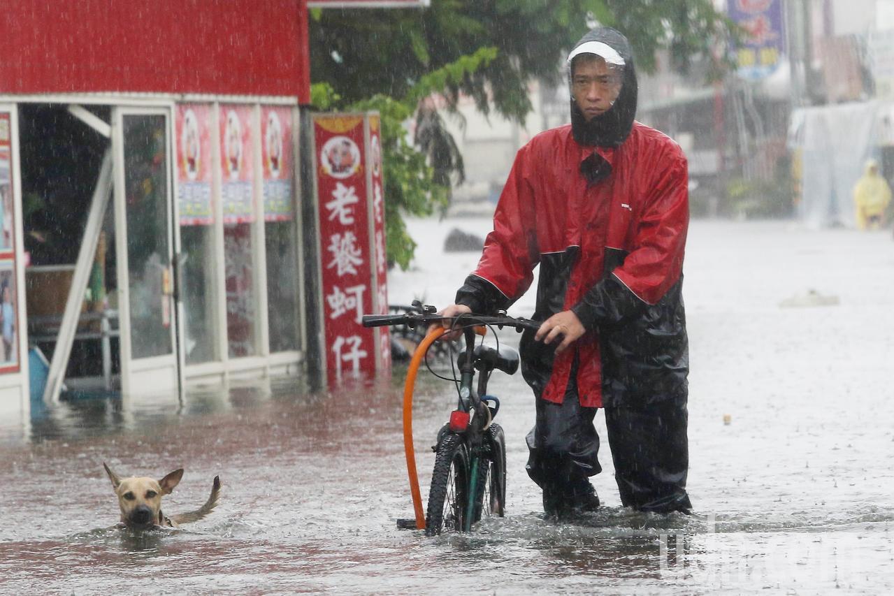 豪雨成災,嘉義縣東石市區水深及膝,民眾說這是十幾年來最嚴重的一次水災。記者黃仲裕...