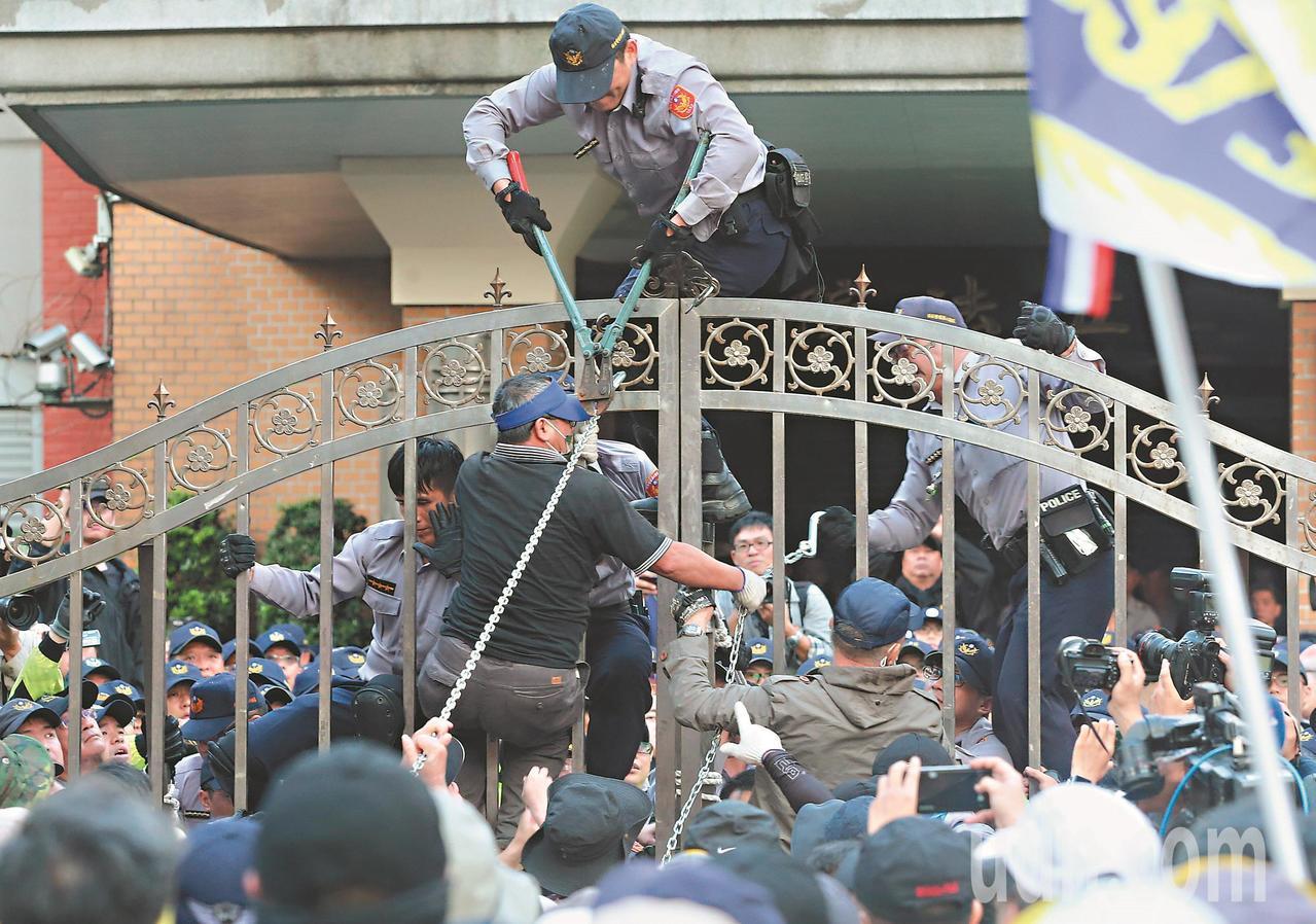 立法院針對軍人年改舉行公聽會,八百壯士等退役軍人及退休警消群眾在立法院大門口前抗...