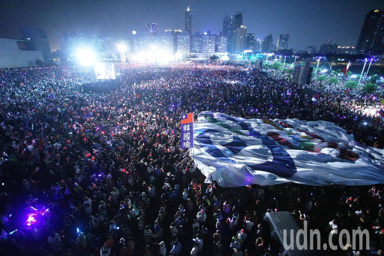 國民黨高雄市長候選人韓國瑜舉辦選前造勢之夜,現場湧入15萬人,主辦單位拉起一面高...