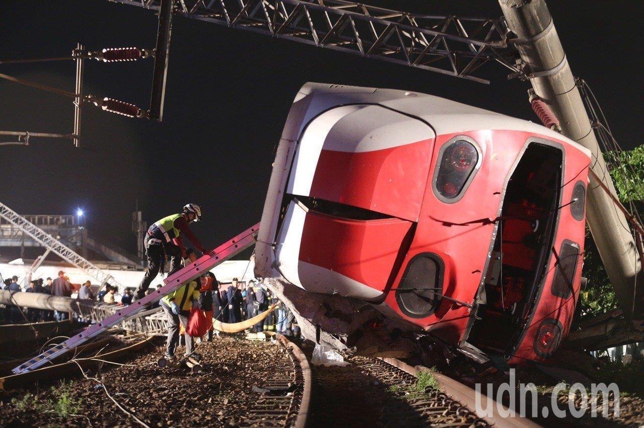 台鐵6432車次普悠瑪列車10月21日下午在新馬站高速出軌翻覆,造成18死、19...