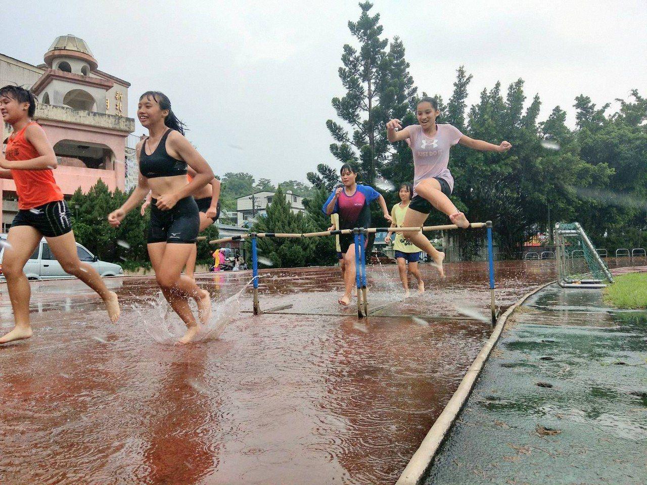 明德高中學生逢雨就要在積水破損跑道上訓練。圖/學校提供