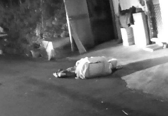 許姓老翁被發現躺在馬路上哀號。圖/警方提供