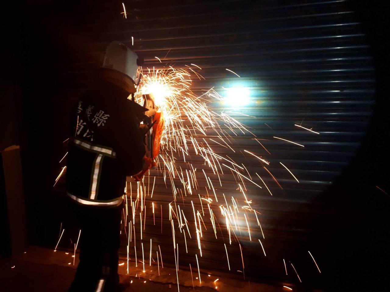 消防員破壞旭泰廠房鐵門救援。 圖/嘉縣消防局提供