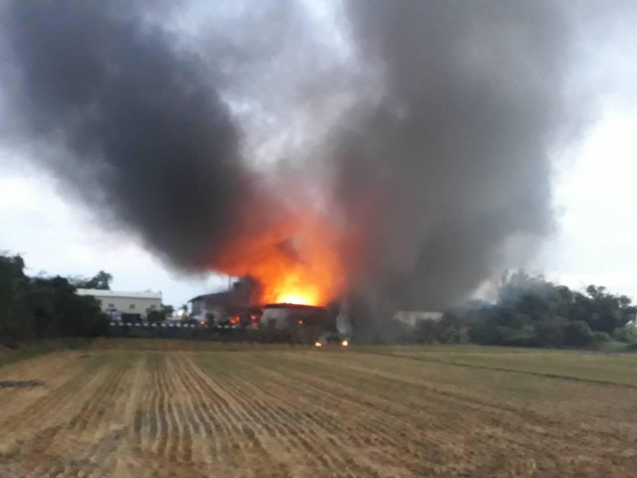 嘉義旭泰玻璃纖維廠房,今天清晨4時失火,火勢至7時許仍在延燒。圖/讀者提供