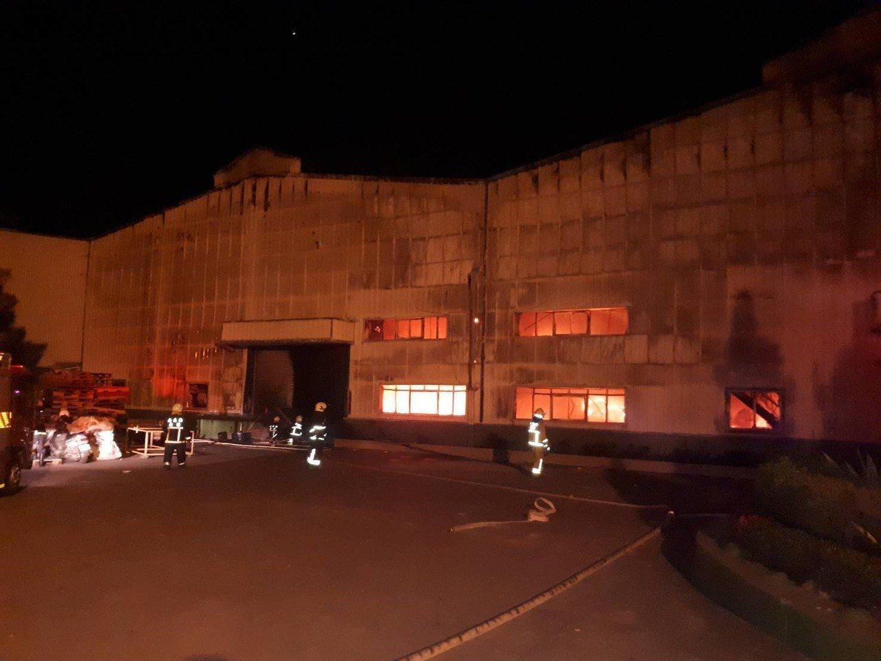 消防員進入旭泰廠房鐵門救援。 圖/嘉縣消防局提供