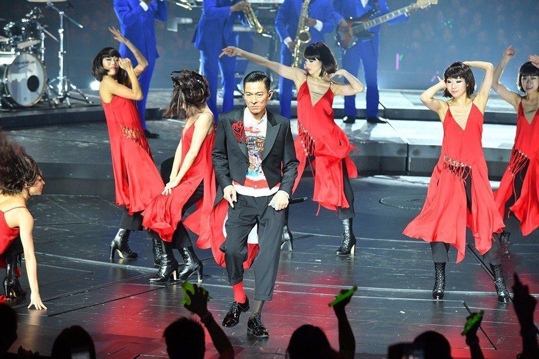 劉德華(中)在台上勁歌熱舞。圖/台灣映藝提供