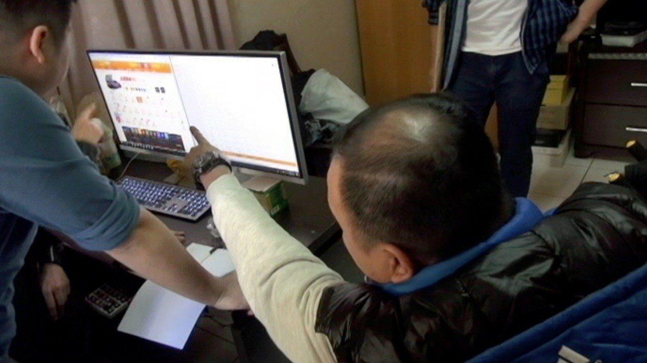 台中市張姓男子(右)涉嫌經營網路簽賭站,以北京賽車為下注標的,從九月迄今,已收破...