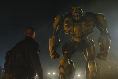 「變形金剛」系列在台灣屢創票房佳績,首四集在全台橫掃23億新台幣票房,第三集更在全台創下7億6千2百多萬的驚人票房,麥可貝所一手主導的5部電影中,皆是男孩在回憶裡的緬懷,當初玩的機器人玩具,如今不只...