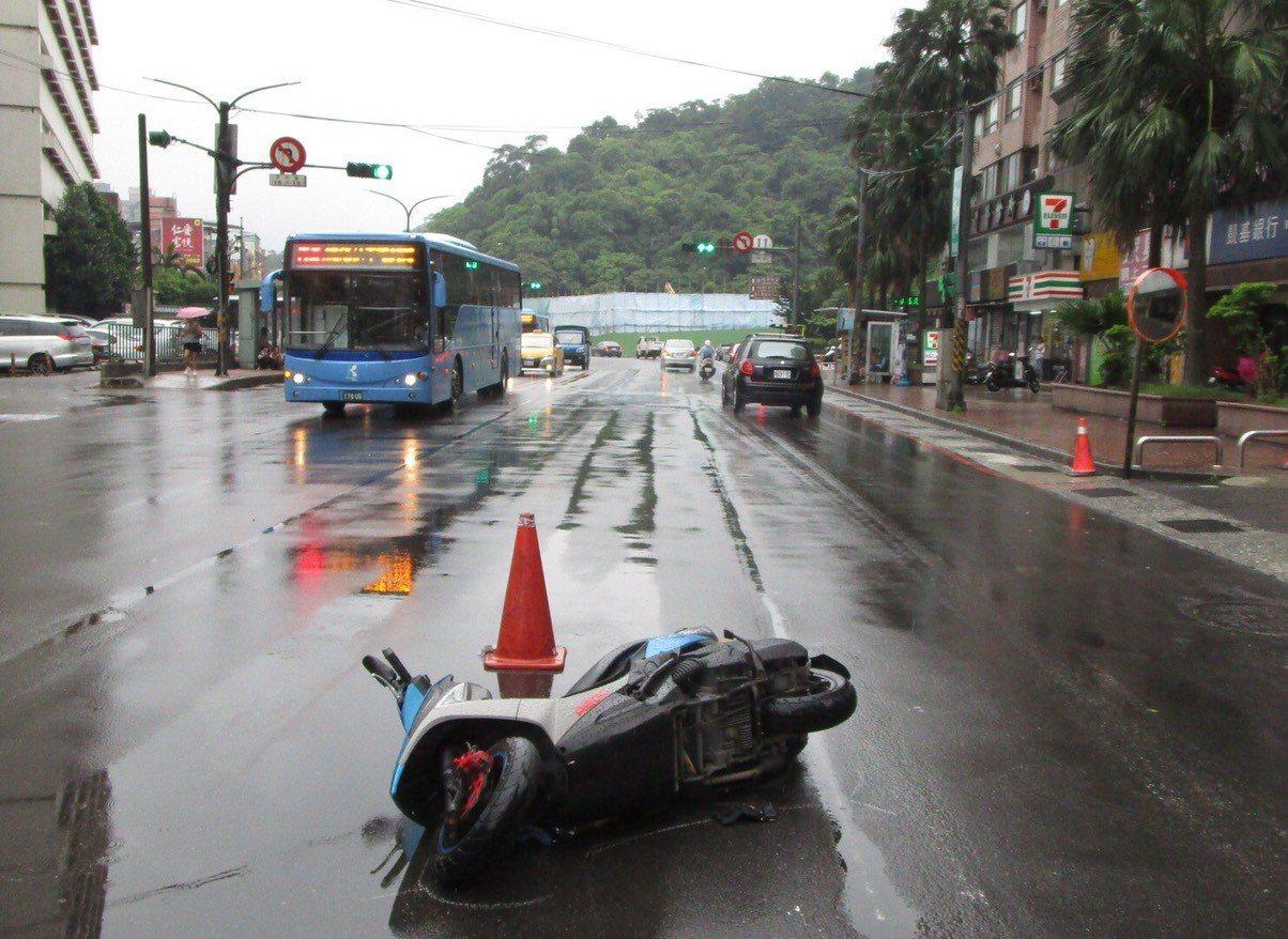 基隆市警察局交通隊分析摔車原因,大多因天雨路滑,機車過彎失控自摔,或是雨勢太大視...