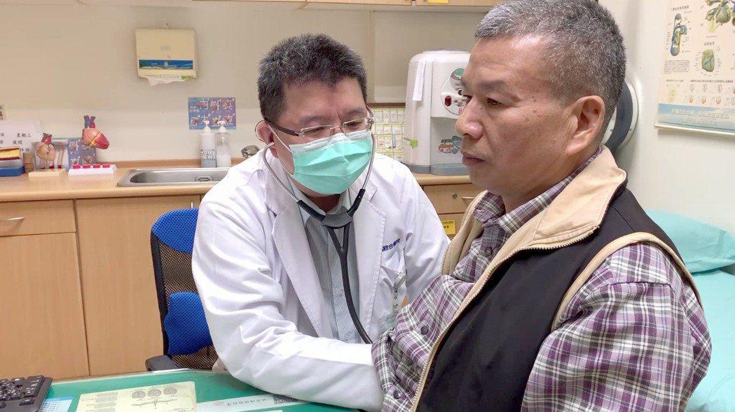 病友羅先生(右)復原狀況良好,目前定期返回心臟內科醫師吳星輝(左)門診追蹤。圖/...