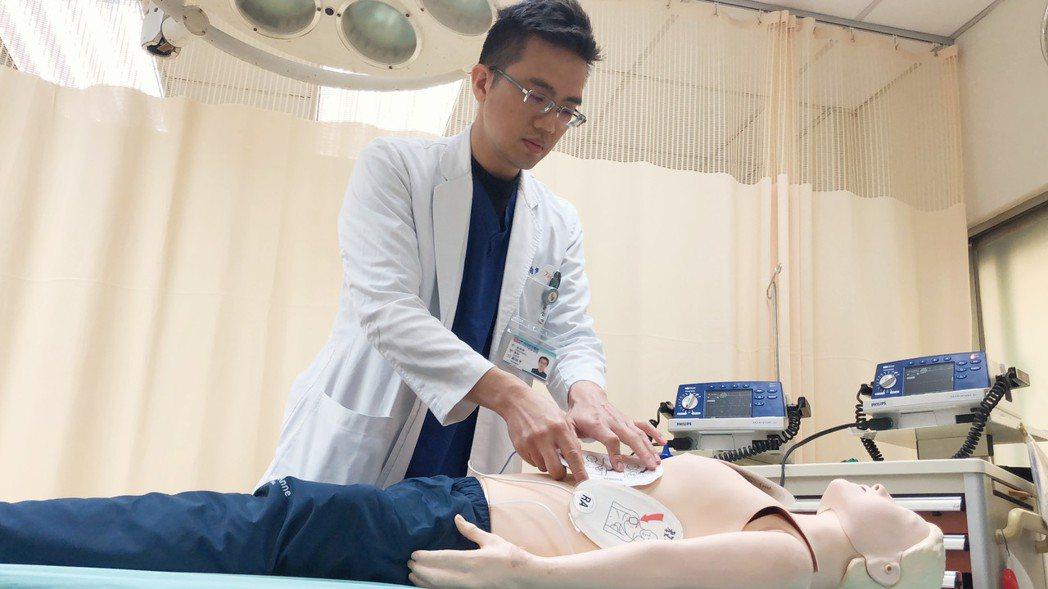 急診部醫師劉柏亨示範執行雙重連續性去顫電擊。圖/沙鹿光田醫院提供