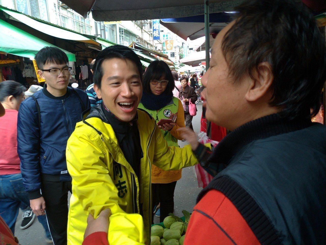 何志偉到社子市場拜票,熱情與攤商握手。記者莊琇閔/攝影