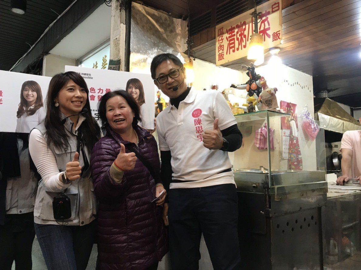 陳思宇今天與議員父親陳建銘到太平市場拜票。記者莊琇閔/攝影