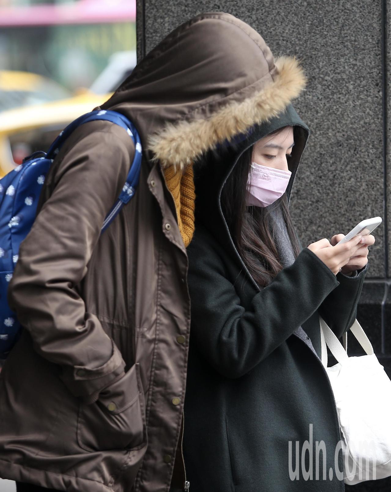 跨年連續假期即將到來,但中央氣象局預估四天都會是溼冷天氣。圖與文/余承翰
