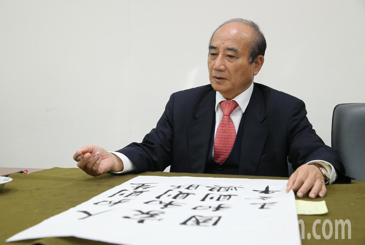 國民黨立委王金平(圖)上午依循往例,在立院辦公室揮毫寫春聯,寫下「人和則生、家和...