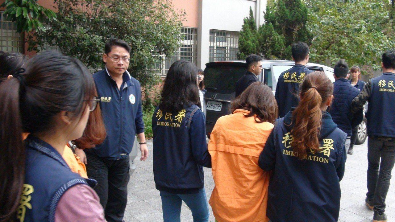 Cảnh sát Đài Loan mai phục bắt người, triệt phá 1 đường dây người Việt lừa đảo người Việt - Ảnh 8.