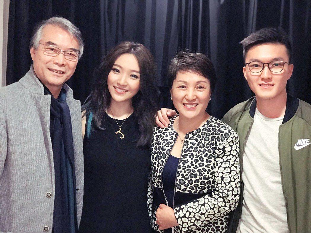 閻奕格(左2)和爸媽、弟弟合照。圖/華研國際提供