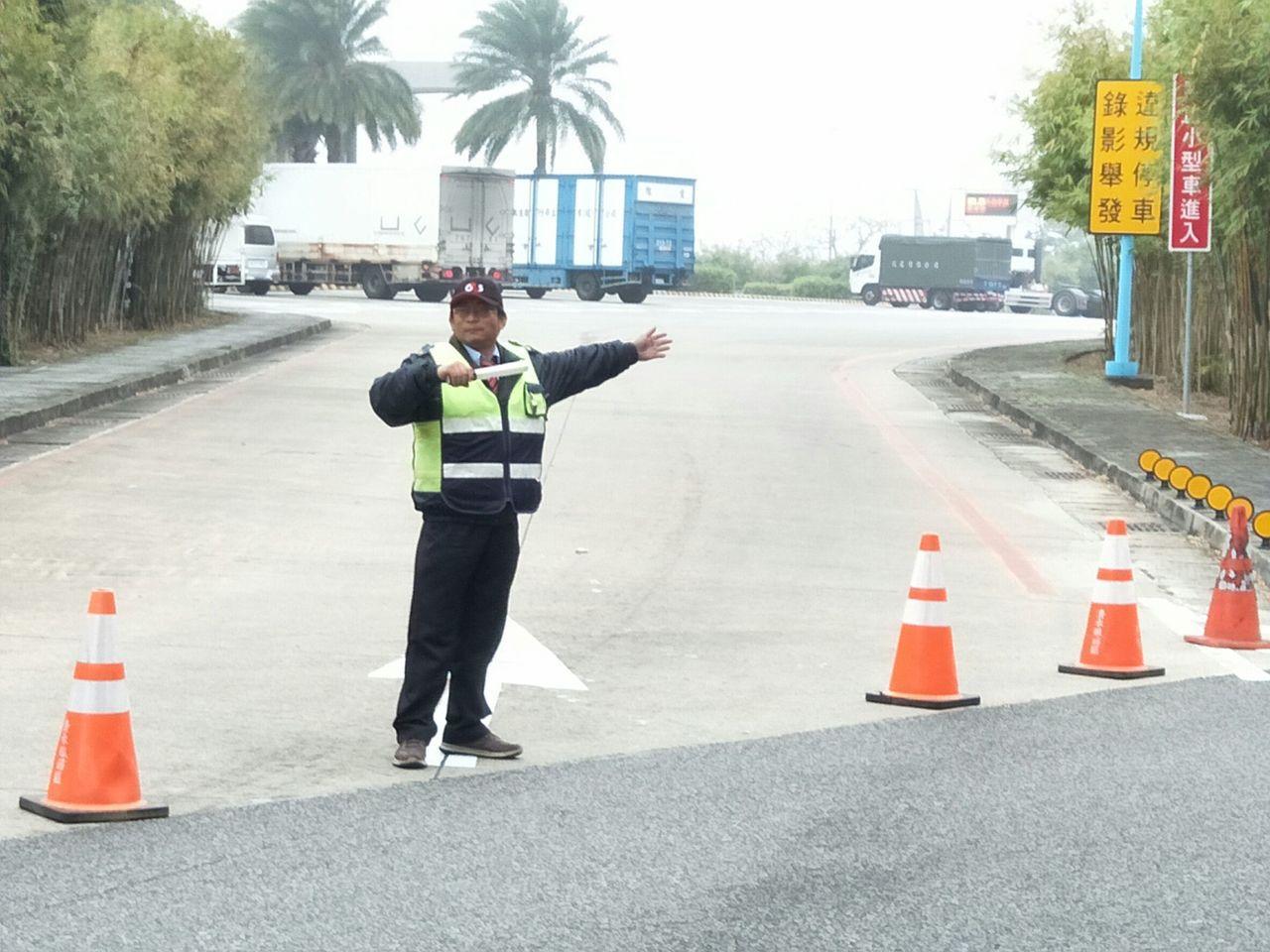 高公局指出,連續假期將實施尖峰時段機動調度服務區停車區位,並加派停車指揮人員引導...