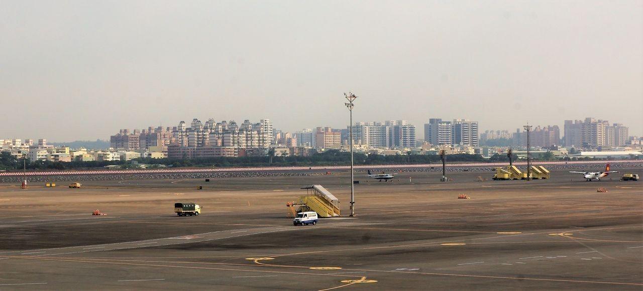 高雄市長韓國瑜看到目前小港機埸(圖)的問題,放眼未來,提出爭取高屏國際大機場的構...