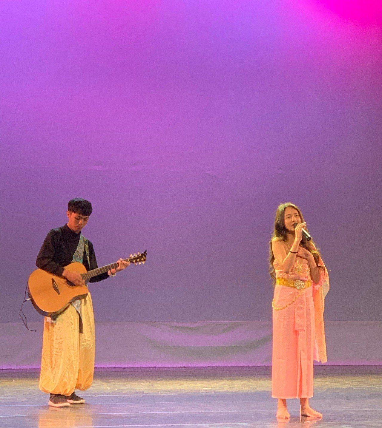 學生徐郁雯(右)拿下東南語系歌唱泰語組冠軍。記者鄭國樑/攝影