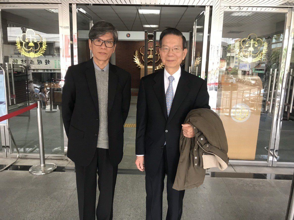 翁啟惠兄弟翁英惠、翁崇惠第一時間聽到無罪宣判,露出笑容。記者蕭雅娟/攝影