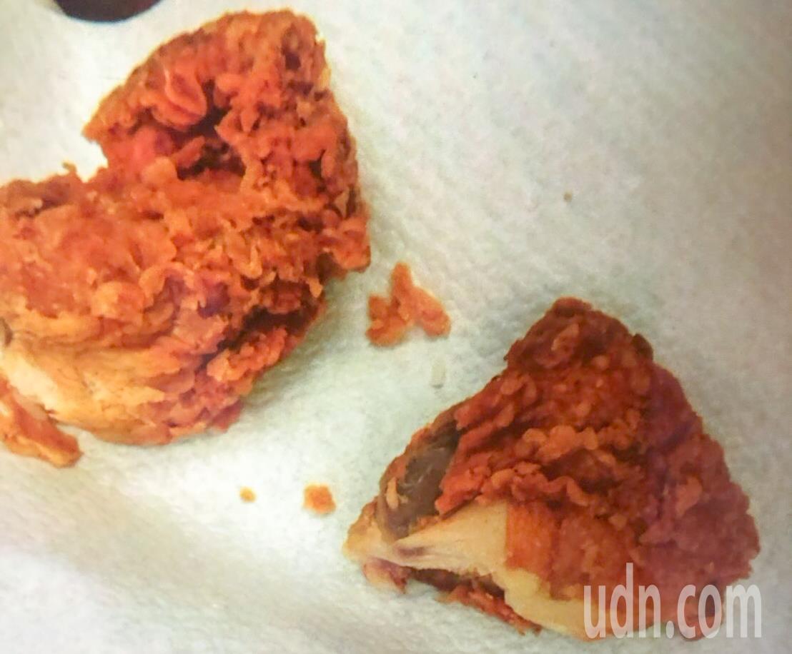 馬來西亞旅客攜帶兩塊未吃完的炸雞塊入境,被罰款30000元。圖/台北關提供