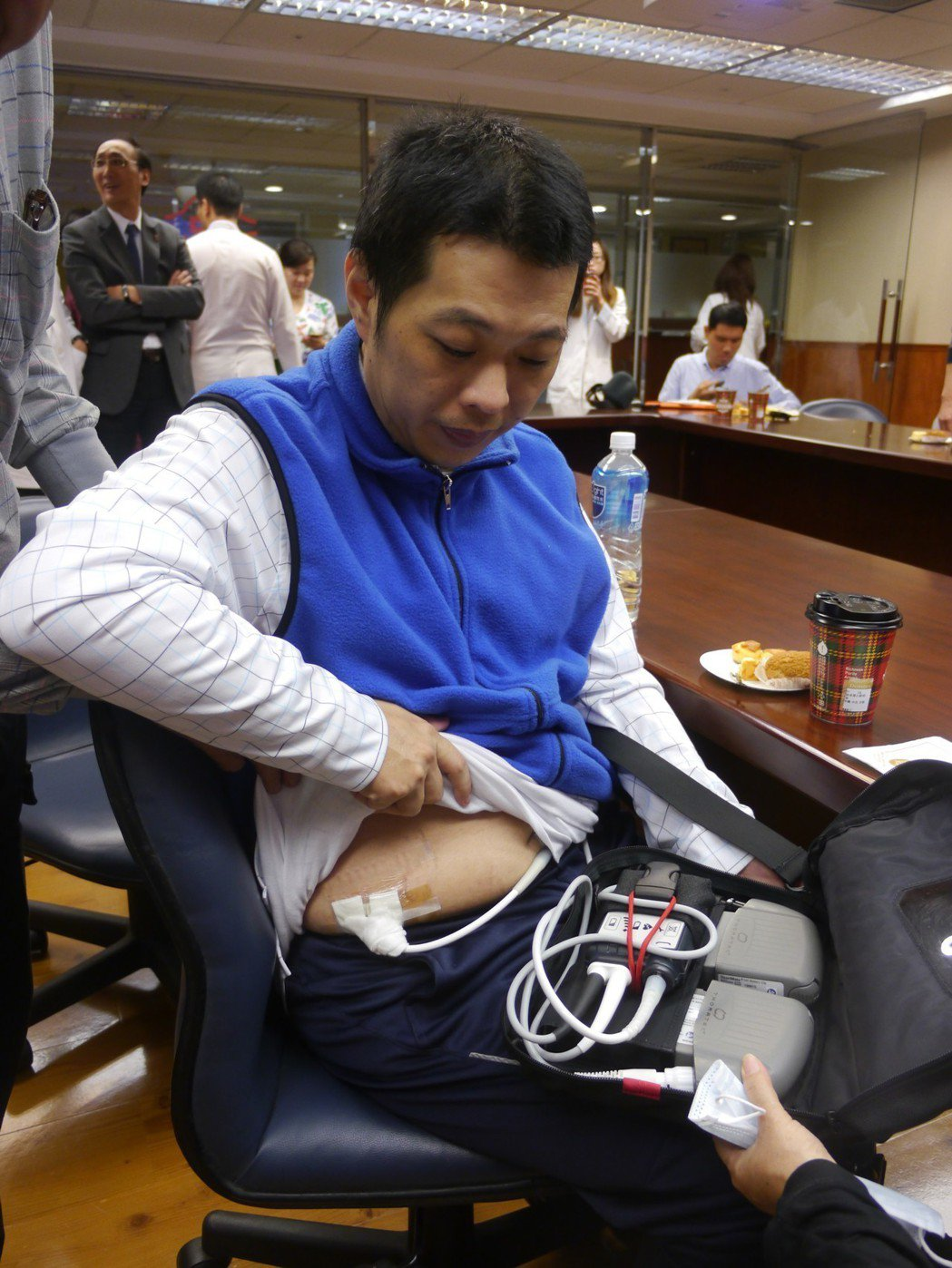 陳先生身上裝著永久型體內左心輔助器,外出時須攜帶充電配備。記者徐白櫻/攝影