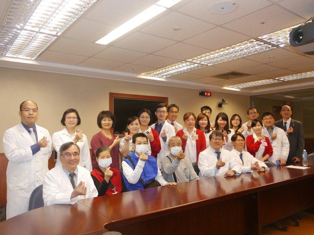 陳姓病患(第一排左三,藍衣者)即將出院靜養,家人與醫療團隊合影。記者徐白櫻/攝影