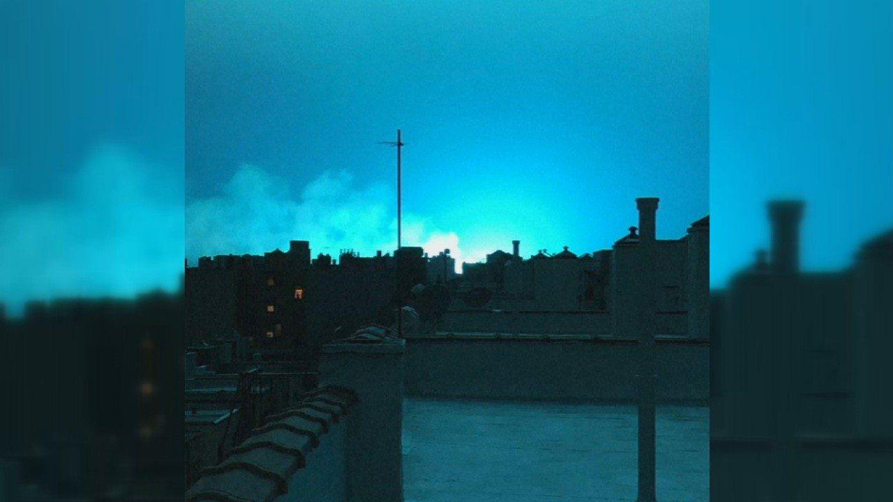 紐約市皇后區一座發電廠的變電箱27日晚間傳出爆炸,網友紛紛在社群媒體上發布影片,...