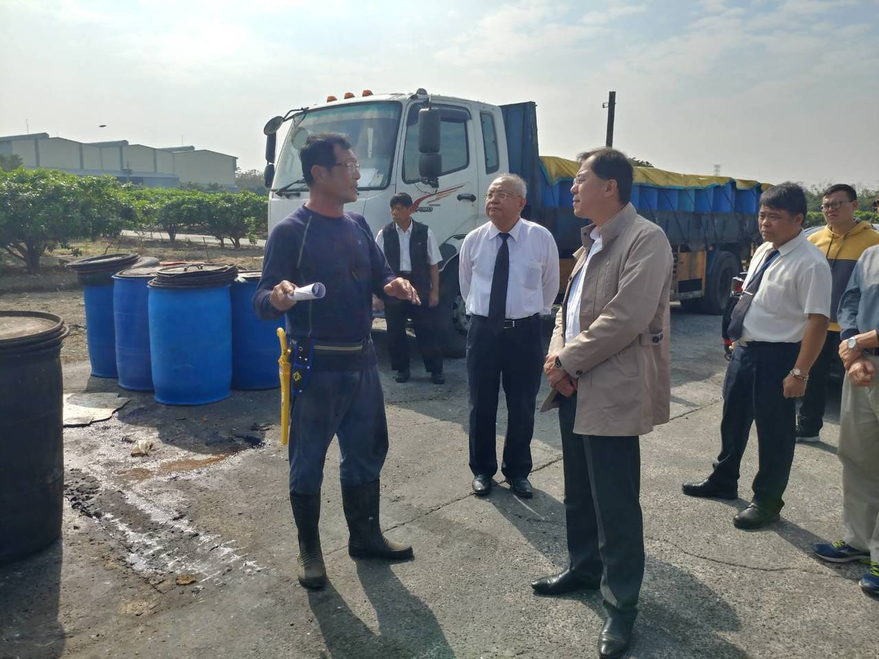 高雄市政府農業局長吳芳銘(前排右)查看轄內廚餘養豬場。圖/高雄市農業局提供