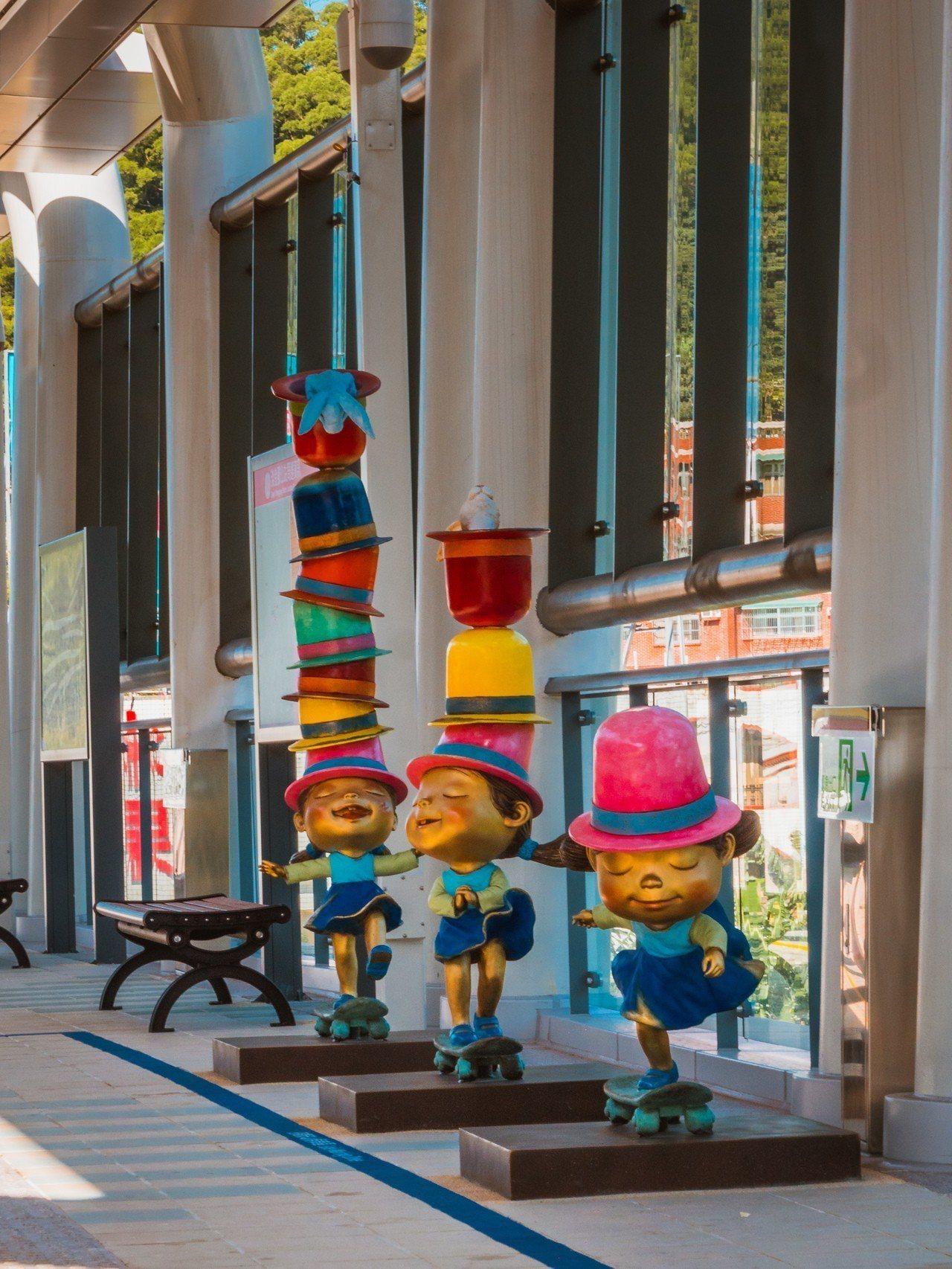 淡海輕軌綠山線每一站月台上都設有幾米創作的立體特色雕塑。圖/新北捷運局提供