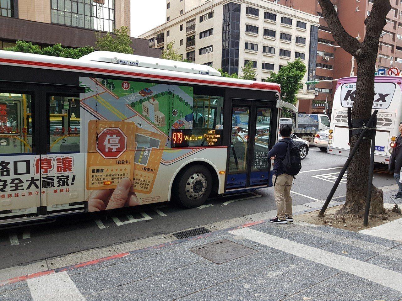 北市公共運輸處預計明年7月實施搭公車上下車都刷卡,藉此蒐集大數據,未來雙北將一起...