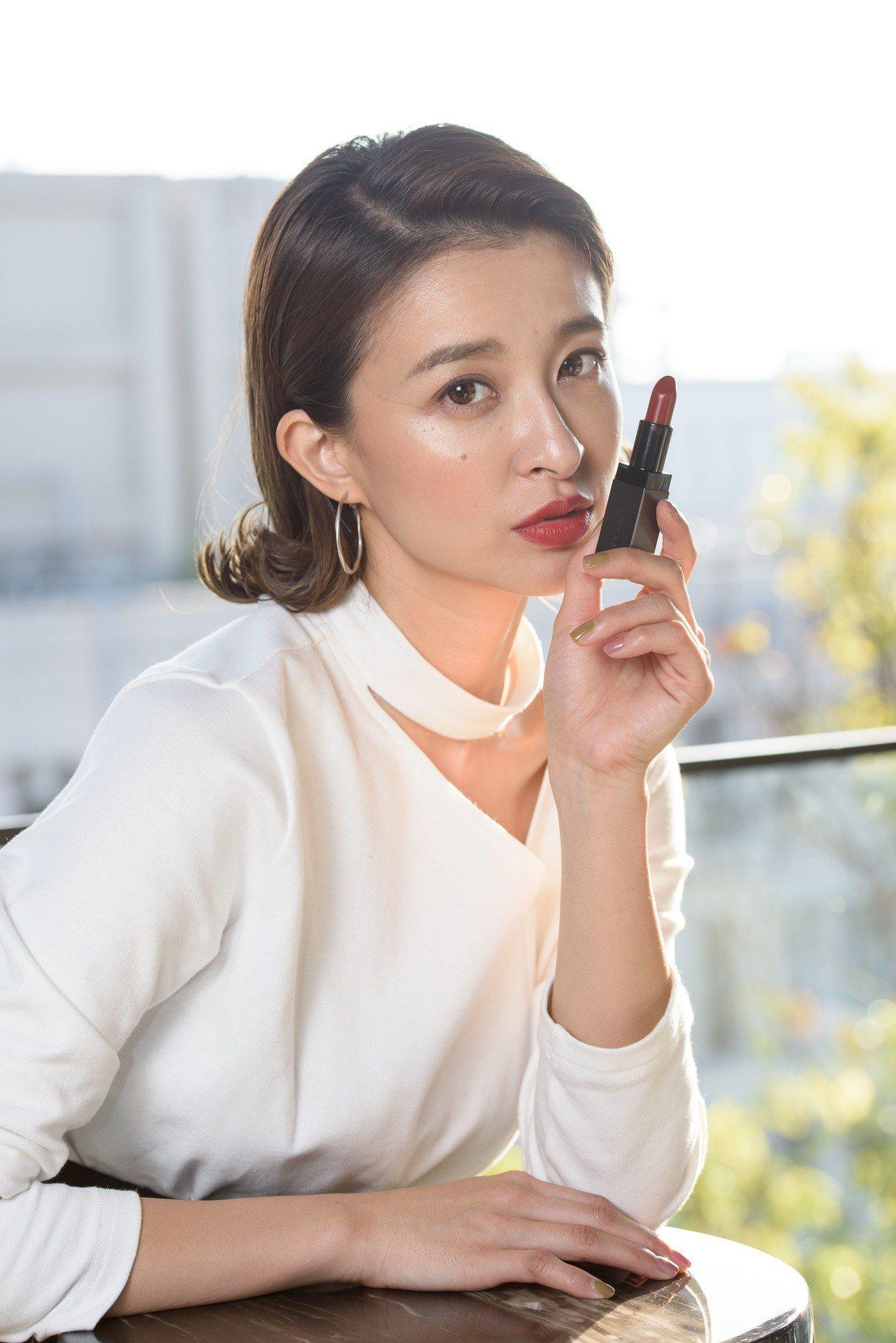 薛妞妞擦上「我型謎霧光唇膏」#03,以熱情的紅色,表現對工作的熱情與自信。圖/T...