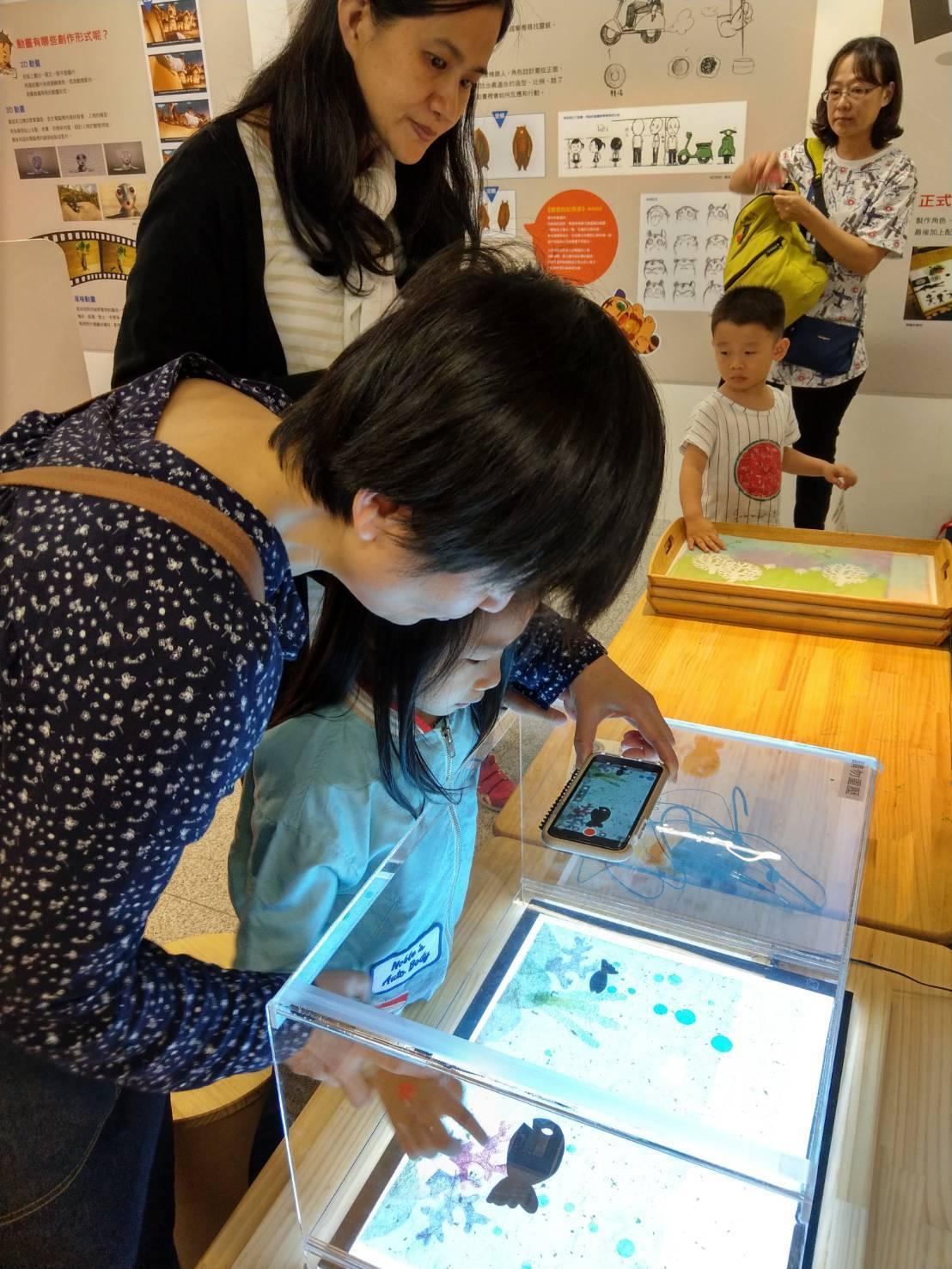 小朋友可在遊戲台光桌上,用手機拍下單格圖畫,再後製成動畫。記者張錦弘/攝影