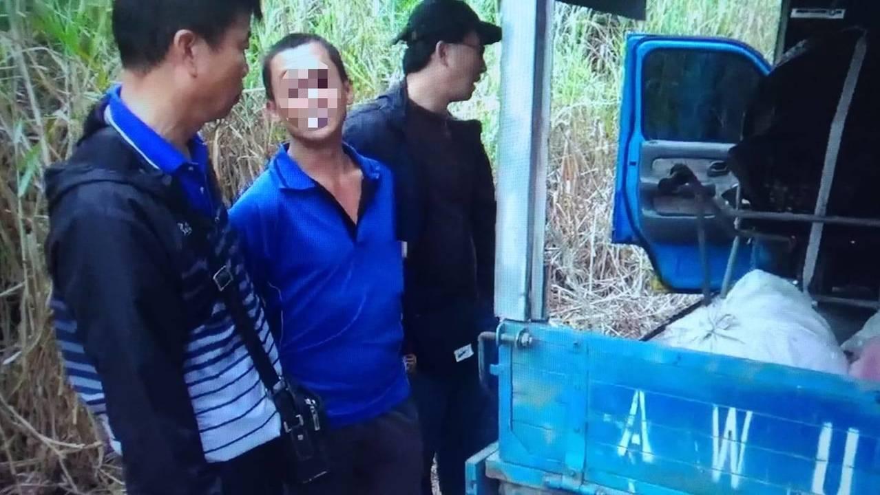 台南市林姓男子(左二)涉嫌在山區偷竊水果,邊作案邊聽佛經,仍然被逮。記者吳淑玲/...