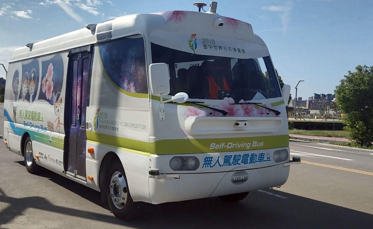 無人駕駛自駕的中型電動巴士在台中市水湳智慧城上路,開放民眾預約試乘。記者趙容萱/...