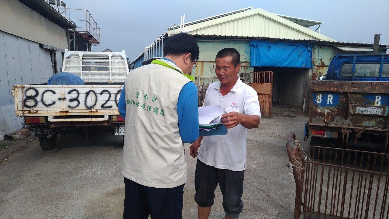 台南市政府聯合稽查小組前往廚餘養豬戶加強宣導。圖/台南市動保處提供