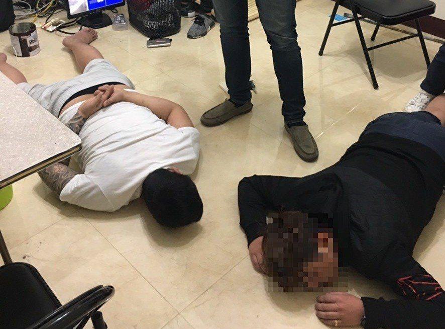 檢調人員追查4個月,終於在台中市七期一棟透天豪宅查獲陳姓男子為首的電信詐騙集團。...