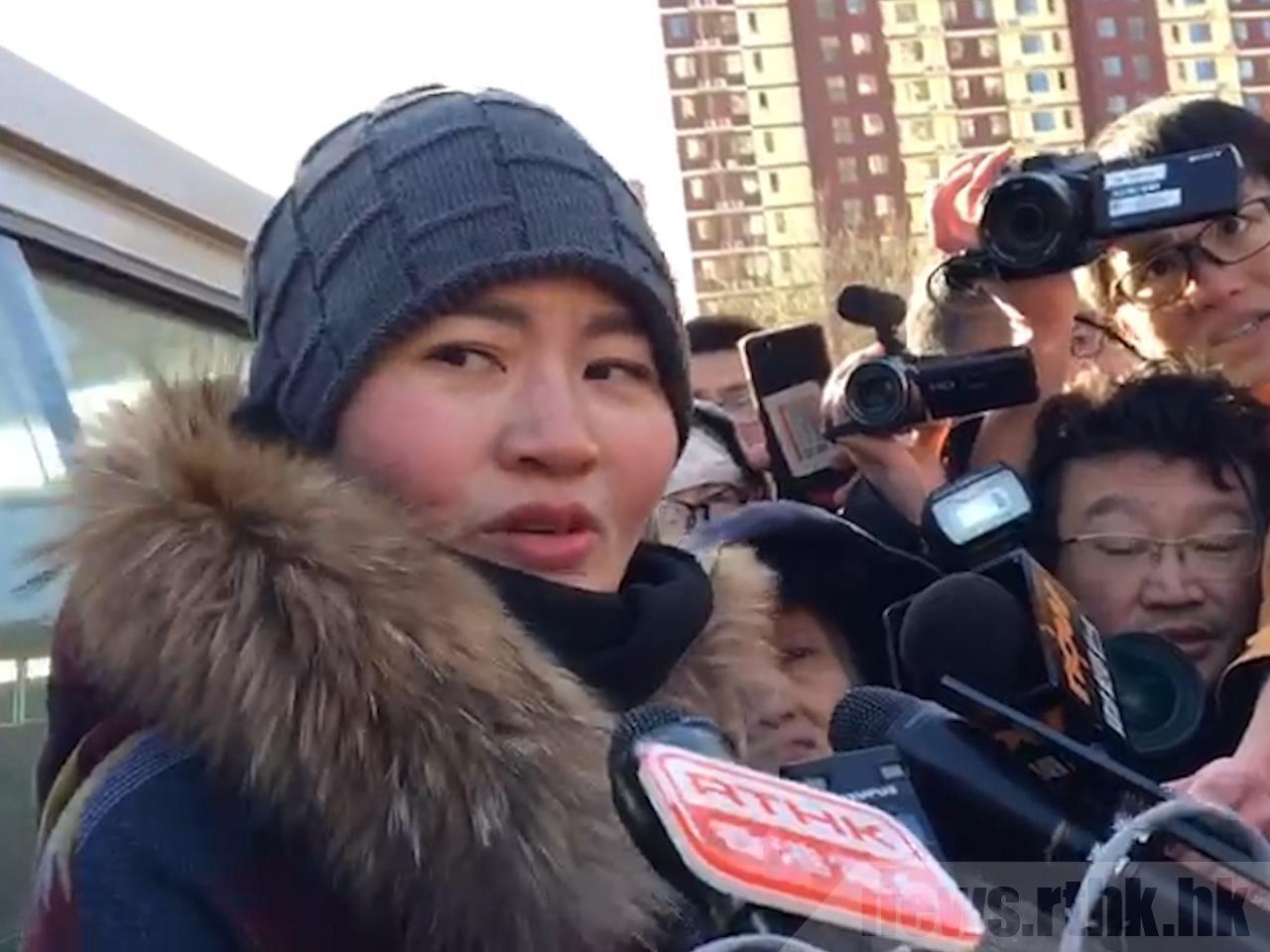 赴法院請願被特勤包圍,王全璋妻子李文足直言,丈夫案件開審屬表演。(香港電台)